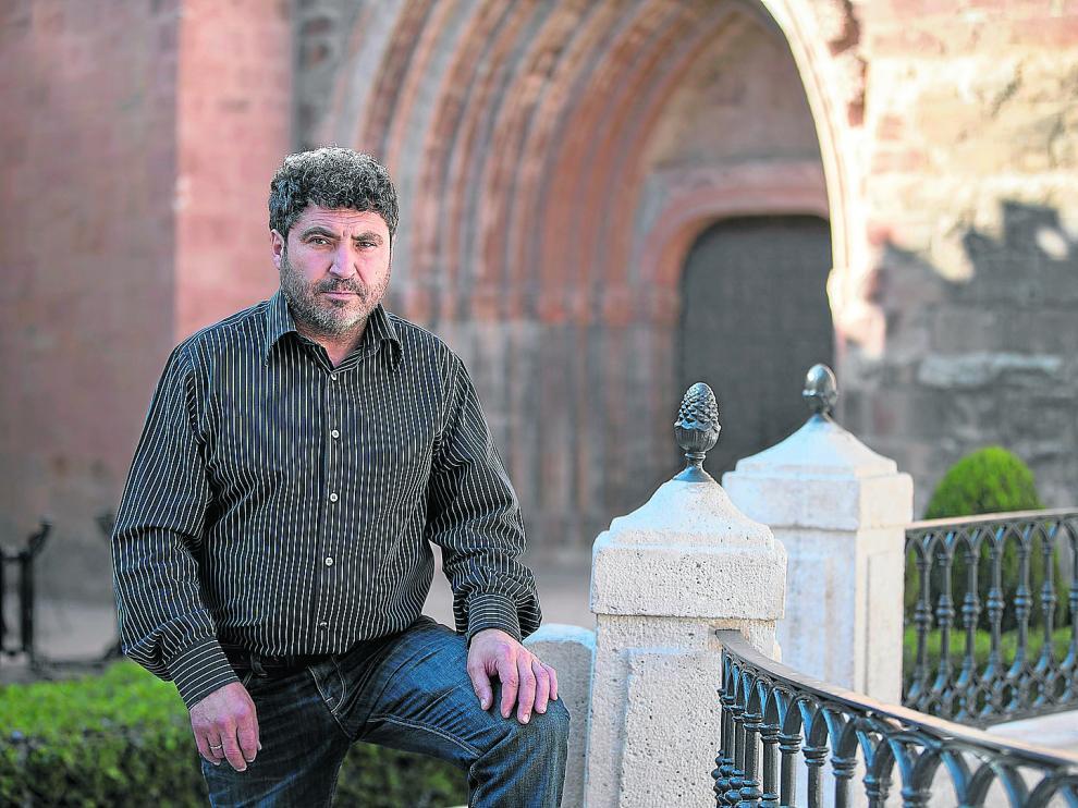 Juan Carlos Escuder, delante de la iglesia parroquial y muy cerca de su primer negocio hostelero en Mora de Rubielos.