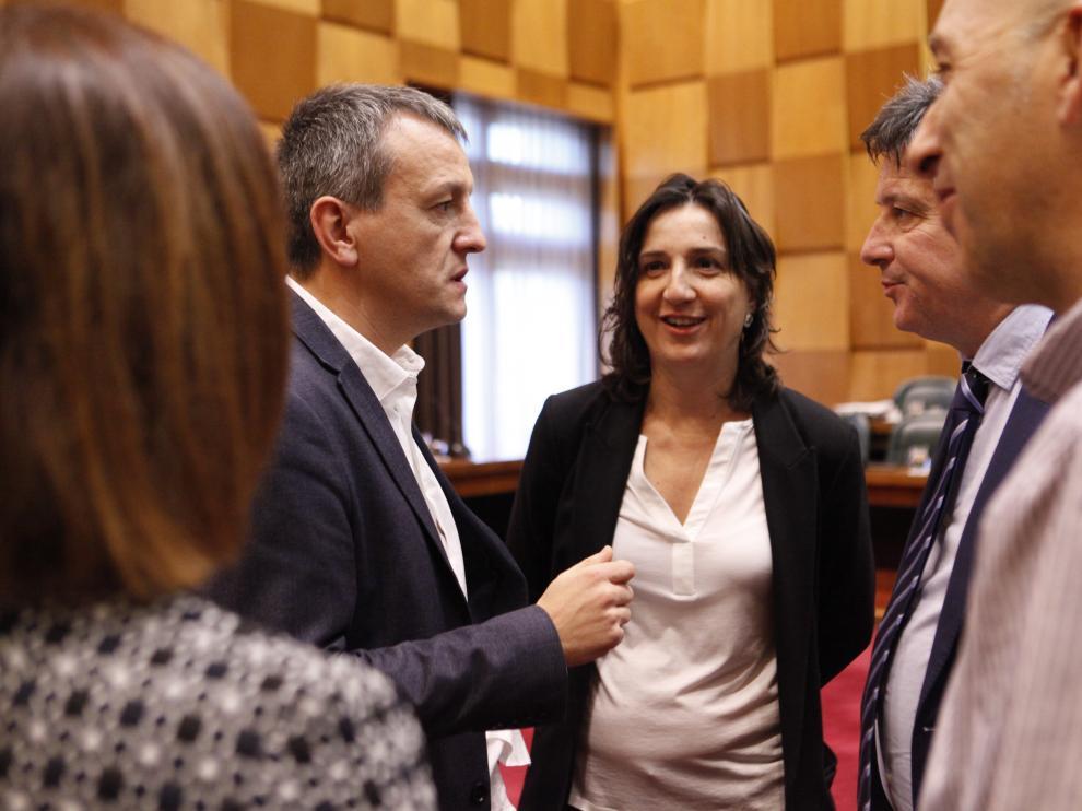El concejal de Economía, Fernando Rivarés (izquierda) se dirige al portavoz adjunto del PSOE, Javier Trívez.