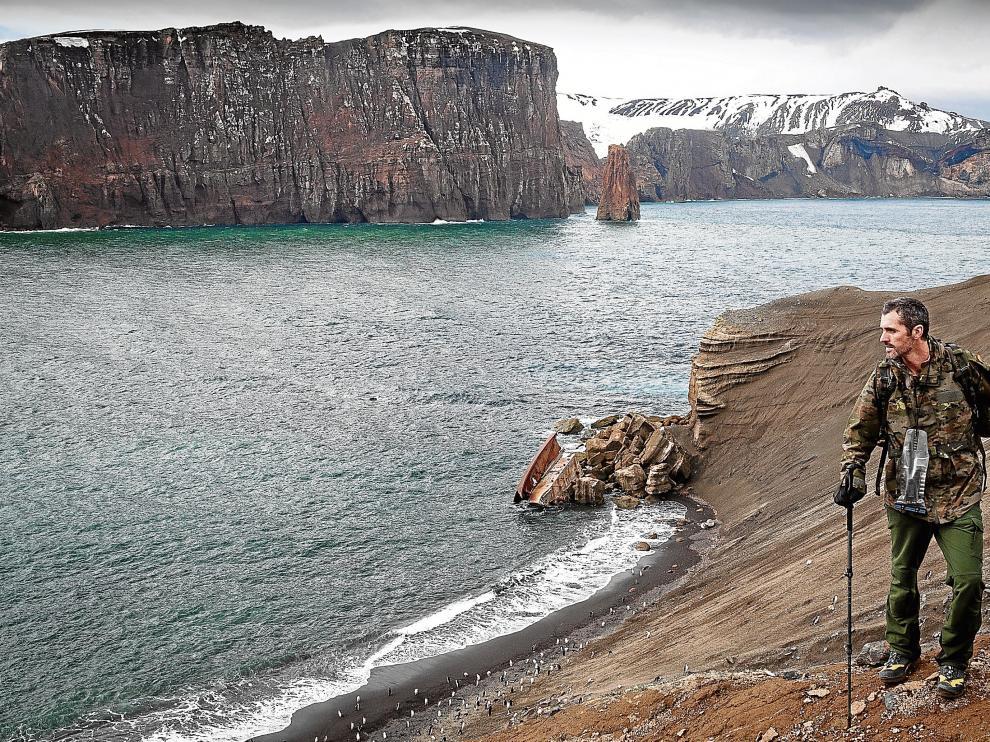 El silencio se suma al blanco de la nieve y el añil del cielo. La Antártida atrapa con su paisaje. En la foto, el comandante Daniel Vélez.