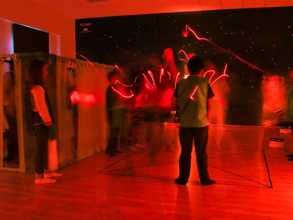 El taller de Biomoléculas en danza combina luz, música, expresión corporal y baile