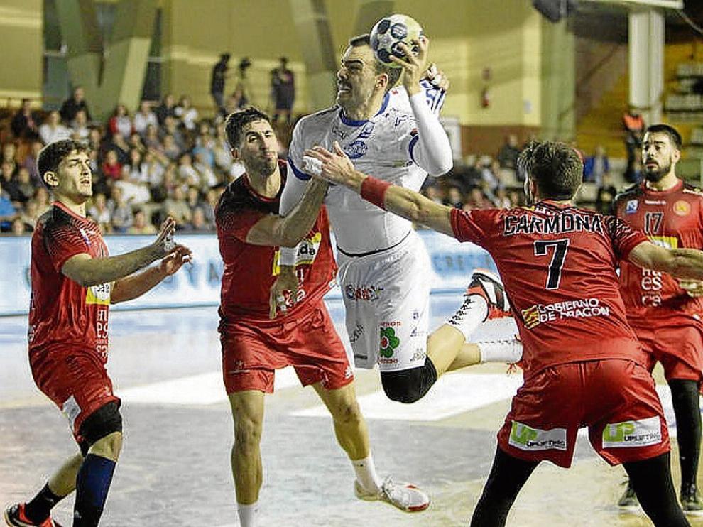 Carmona, del Bada Huesca, trata de evitar el lanzamiento de un rival, ayer en León.