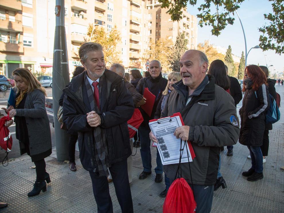 El alcalde junto a las personas participantes en uno de los recorridos que  han seleccionado como uno de los mejores caminos hacia sus puntos de interés.
