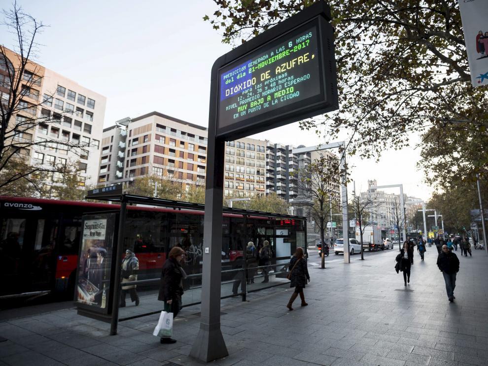 Panel informativo sobre la contaminación en Zaragoza.