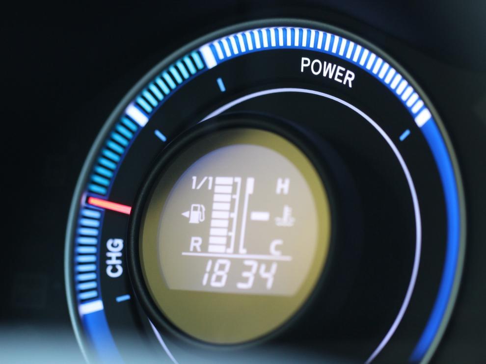 Los coches híbridos combinan dos motores uno de combustión interna y otro eléctrico, alimentado por baterías.