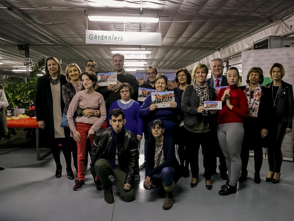 Alumnos de Atades, junto a empresarias de Directivas de Aragón y representantes institucionales.