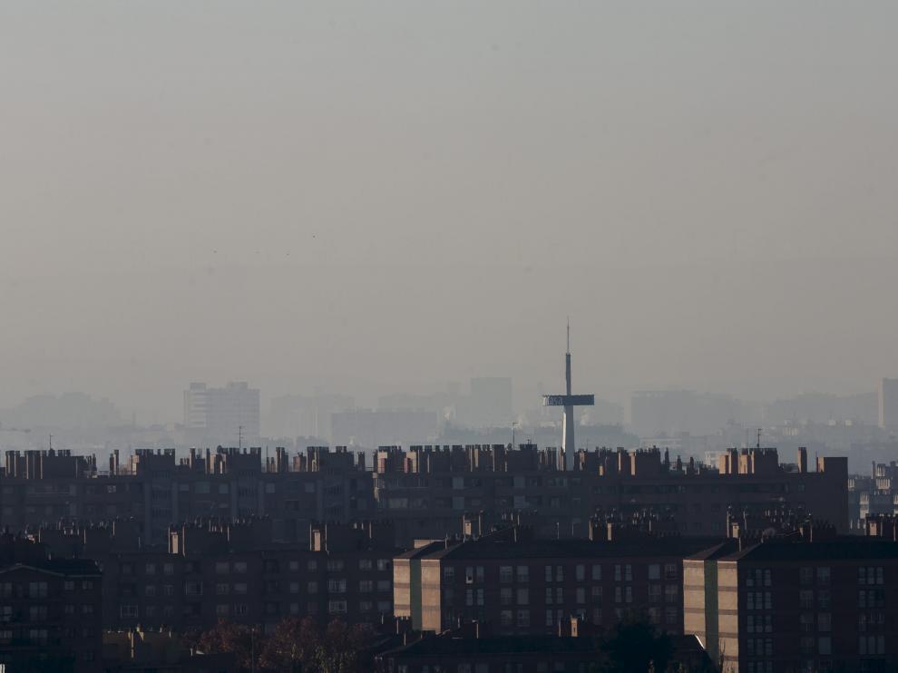 Boina de bruma con partículas contaminantes en el cielo de Zaragoza