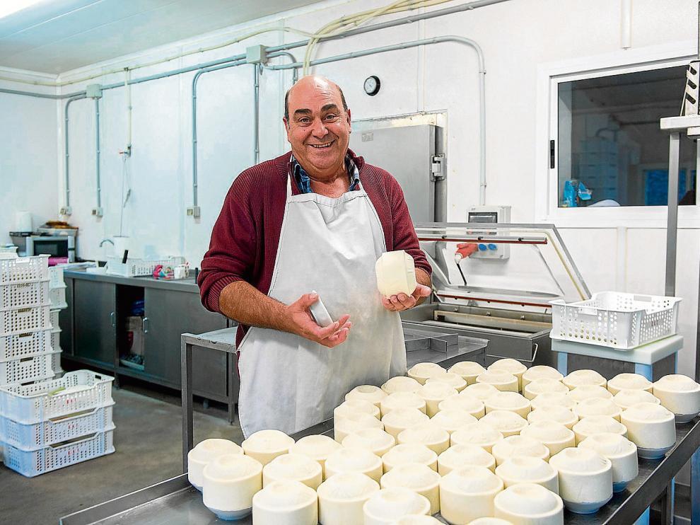 Carlos Grau, en su quesería de Tronchón. Abrió el negocio en 1990 y le ha funcionado muy bien.