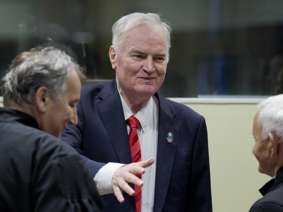 Mladic saluda a sus abogados a su llegada a la sesión del Tribunal Penal Internacional que le ha condenado a cadena perpetua, este miércoles 22 de noviembre.