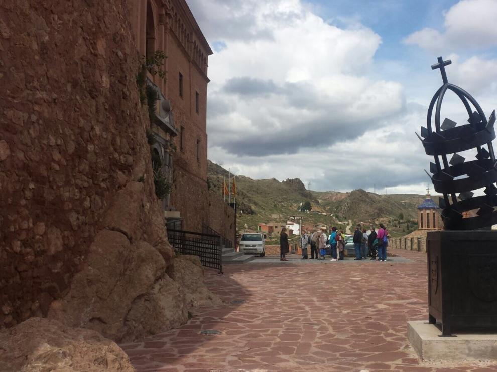 Un grupo realiza una visita guiada por la localidad Illueca.