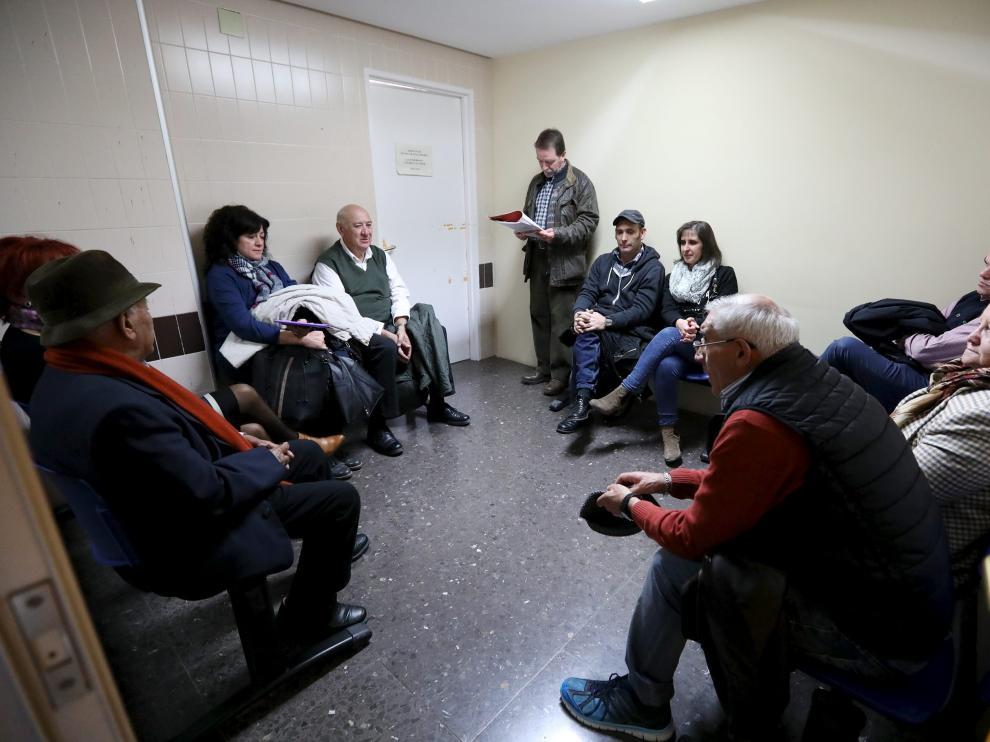 La sala de espera de Urología, en la foto, se queda pequeña para el número de pacientes citados