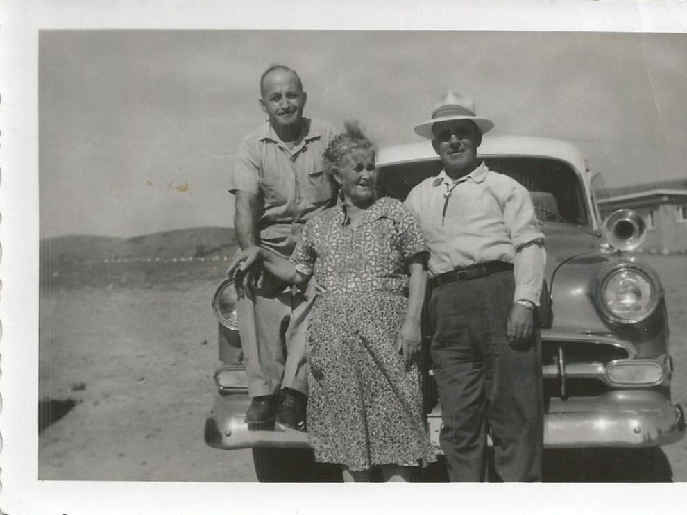 Julio Yagües, Josefa Jarque y Domingo Yagües, de Javaloyas, posan con su coche en Idaho.