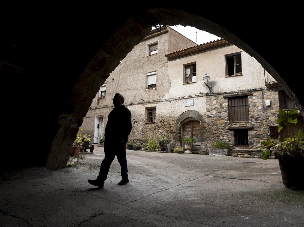 Curro Fatás en la entrada del castillo de Añón, cuya instalación hostelera gestiona en la actualidad.
