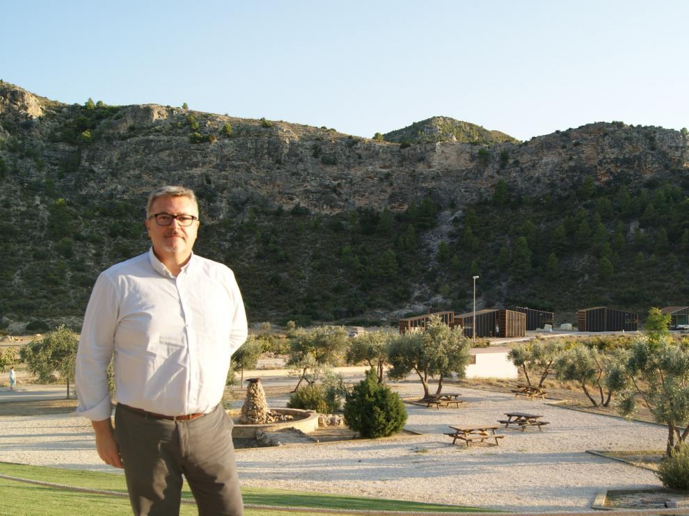 El gerente del Balneario de Ariño, Pedro Villanueva, junto a las nuevas cabañas.