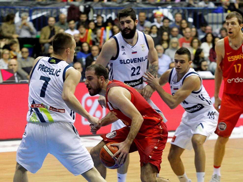 Joaquín Colom pelea un balón ante los jugadores de la selección eslovena