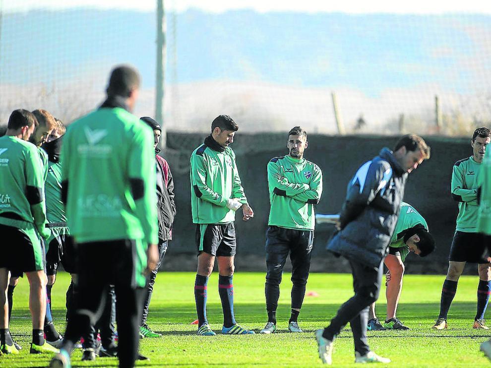 Los jugadores del Huesca en un entrenamiento en el campo del instituto Montearagón.