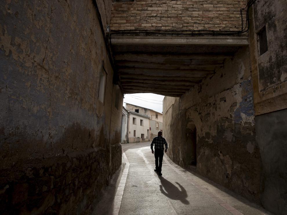Un vecino de Jatiel camina por las calles del pueblo.
