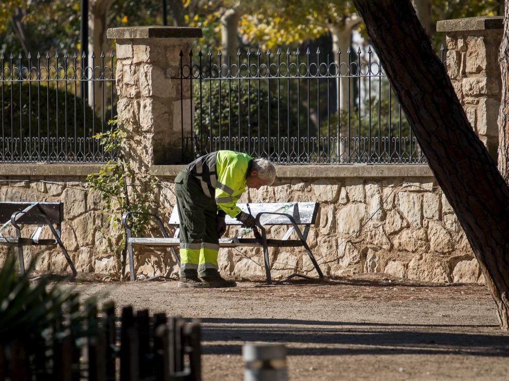 Un trabajador de FCC, haciendo labores de mantenimiento en el parque Grande