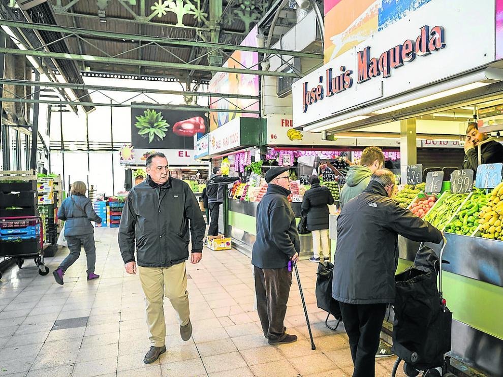 Fruterías del Mercado Central de Zaragoza, este lunes, atienden a los primeros clientes de la semana