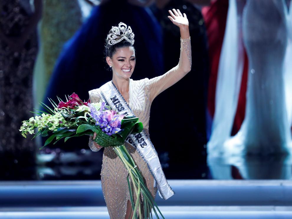 Demi-Leigh Nel-Peter de 22 años con la corona ya puesta