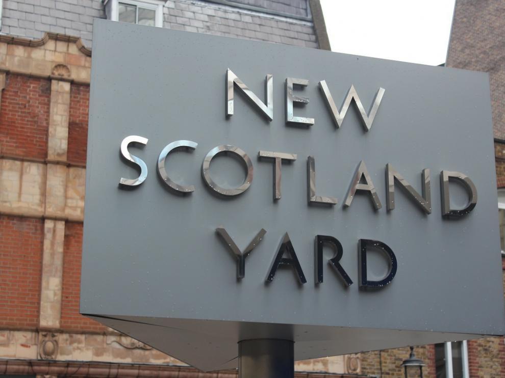 La actual sede de Scotland Yard, con su denominación oficial.