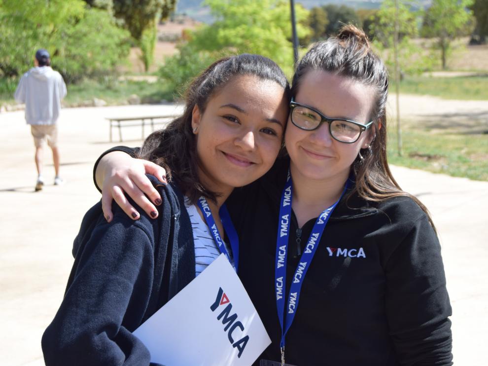 Jóvenes participantes en actividades de YMCA.