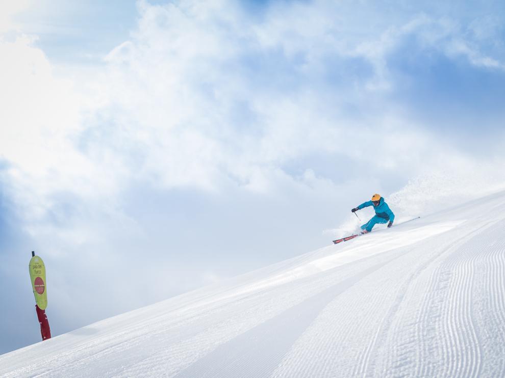 Un esquiador se desliza por la nieve en la estación de Formigal.