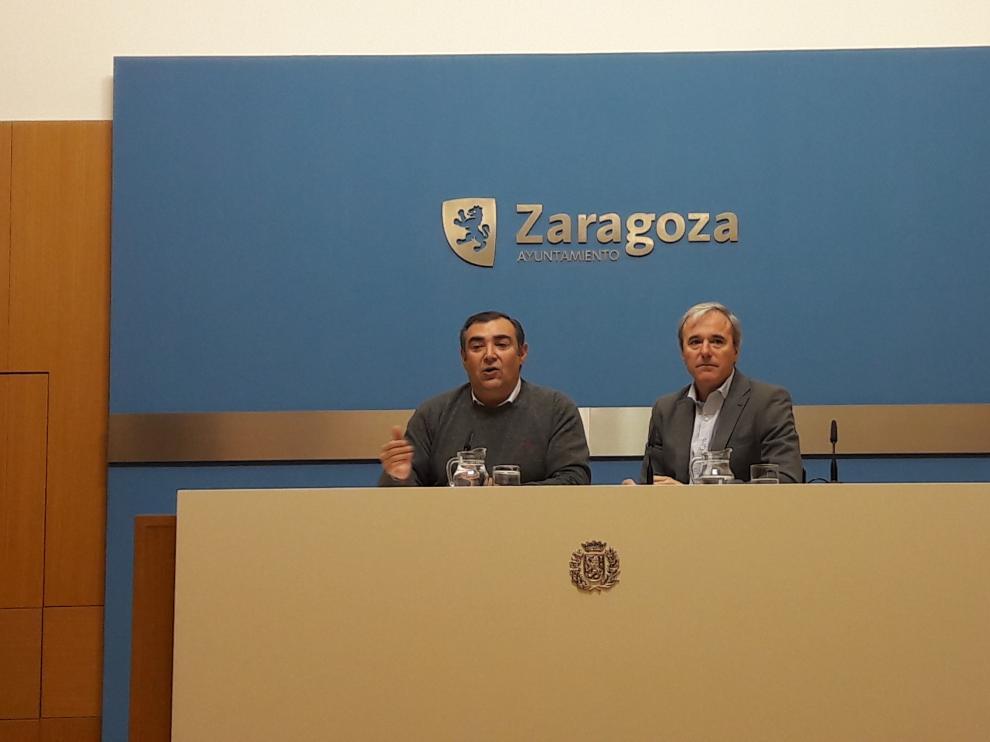 Alberto Casañal y Jorge Azcón, este jueves durante su comparecencia en el Ayuntamiento de Zaragoza.