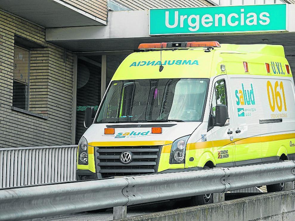 Una ambulancia del transporte sanitario urgente de la actual adjudicataria sale del Miguel Servet.