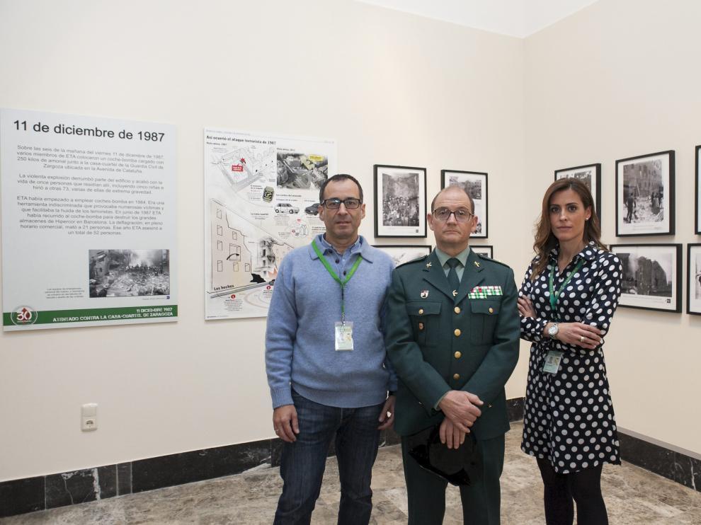 El guardia Rodolfo Mancera, el comandante Juan Recaj y la responsable de comunicación de la Guardia Civil, Ana Cristina Otín, en la exposición que se prepara en una sala del Museo de Zaragoza para inaugurarla el próximo 11 de diciembre.