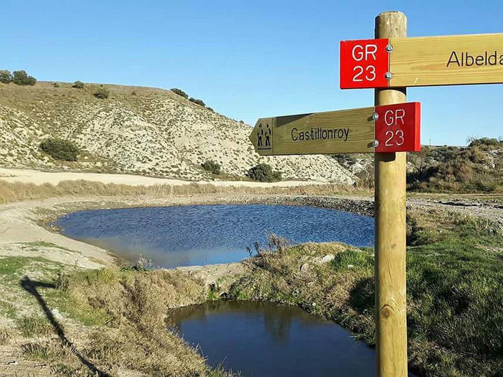 Señalización del GR junto a la balsa de las Pilas o bassa de les Piles.