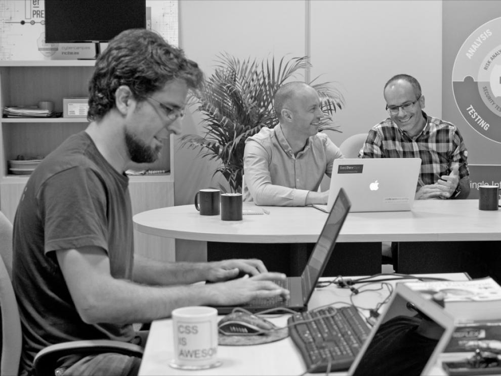 Los fundadores de Continuunm Security Stephen de Vries y Cristina Bentué con empleados en la sede de la compañía