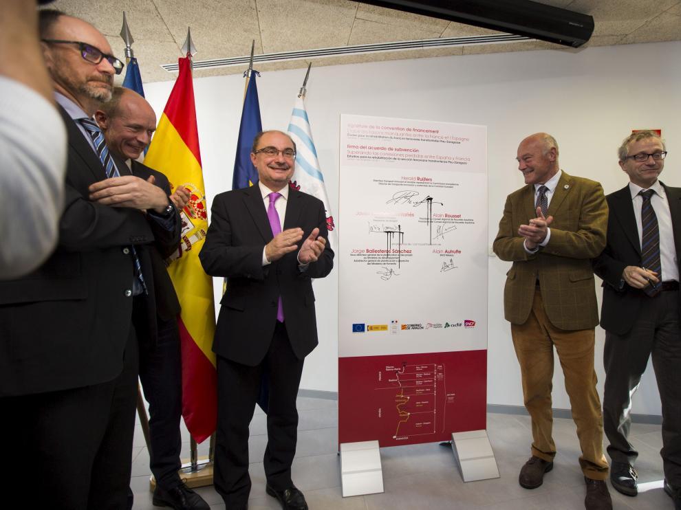 Javier Lambán y Alain Rousset, en el centro de la imagen, ayer tras la firma en Canfranc.