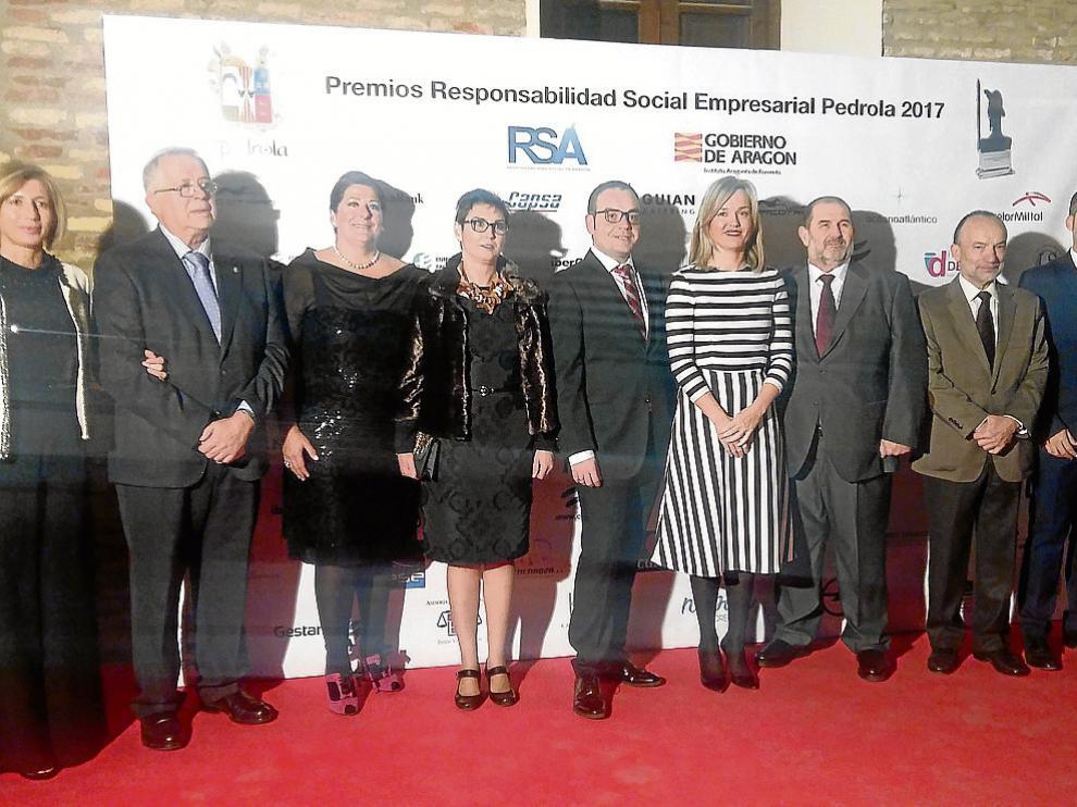 Autoridades y representantes de las empresas, anoche en Pedrola.
