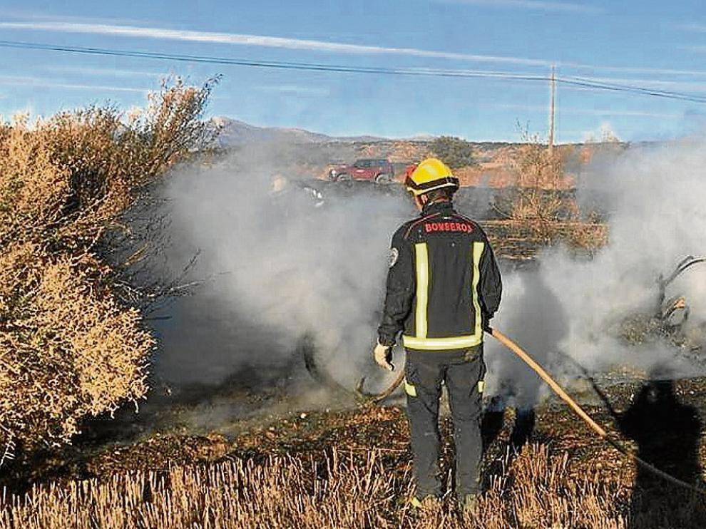 Los bomberos de Huesca, sofocando esta semana un incendio de rastrojos en Monflorite.
