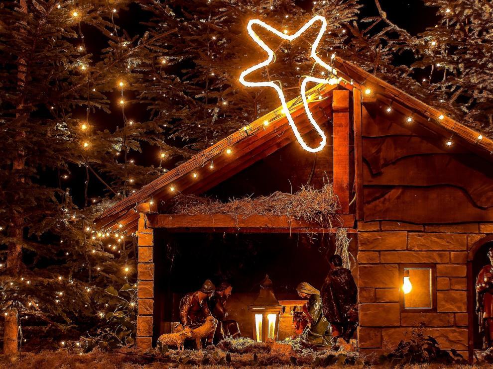 Imagen de un portal navideño con todas las figuras tradicionales.