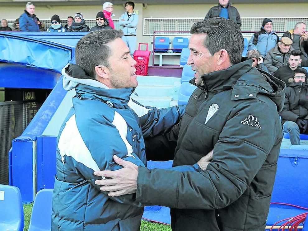Los técnicos de ambos equipos, Rubi y Juan Merino, se saludan antes del encuentro.