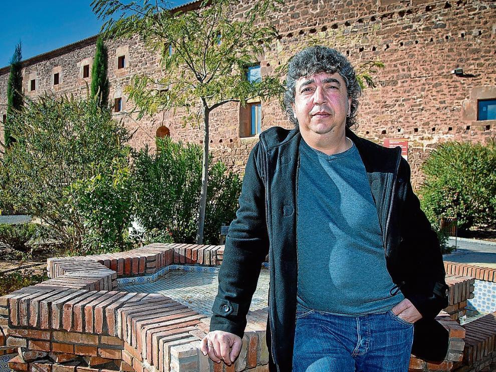 José Ángel Calvo, junto a la fuente del jardín de las Cuatro Culturas de Gotor.