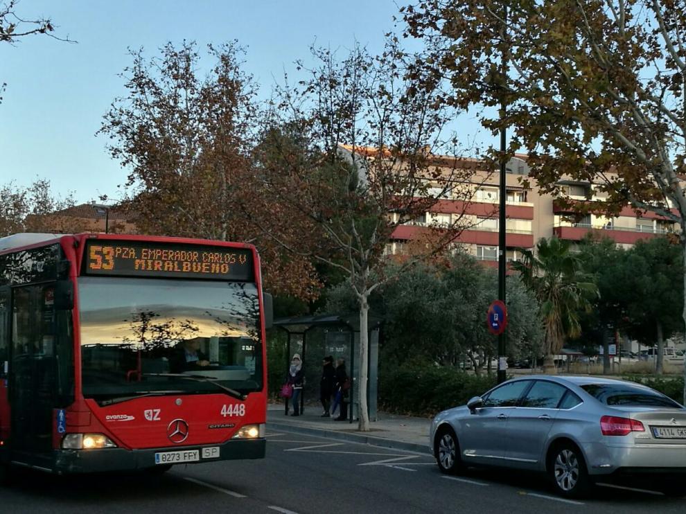El autobús 53 a su paso por el Camino del Pilón