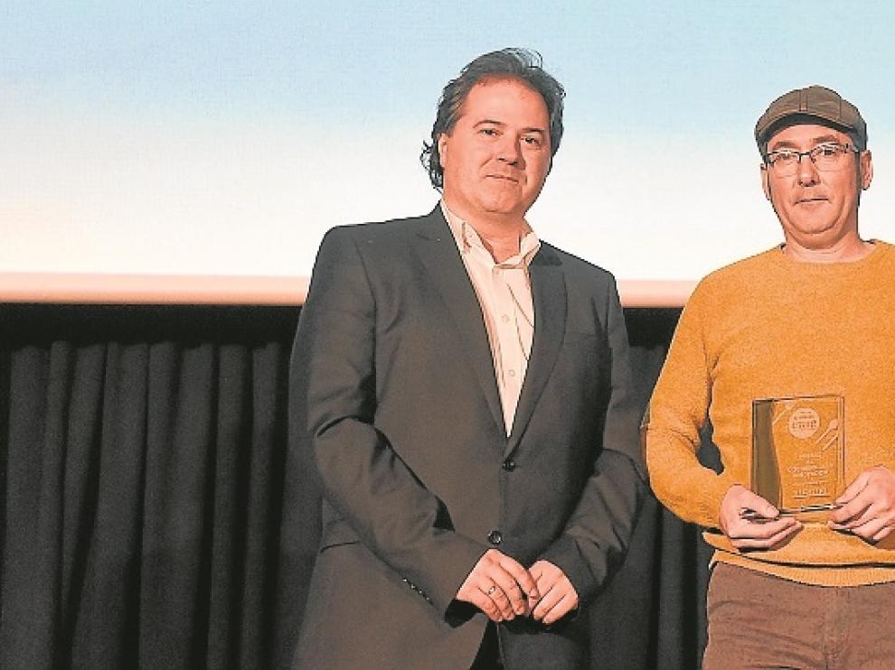 Jorge Marqueta entregó el premio a Miguel López.