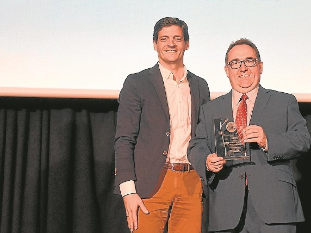 Yzuel recibe el premio de manos de Yago Albiol, de Ambar.