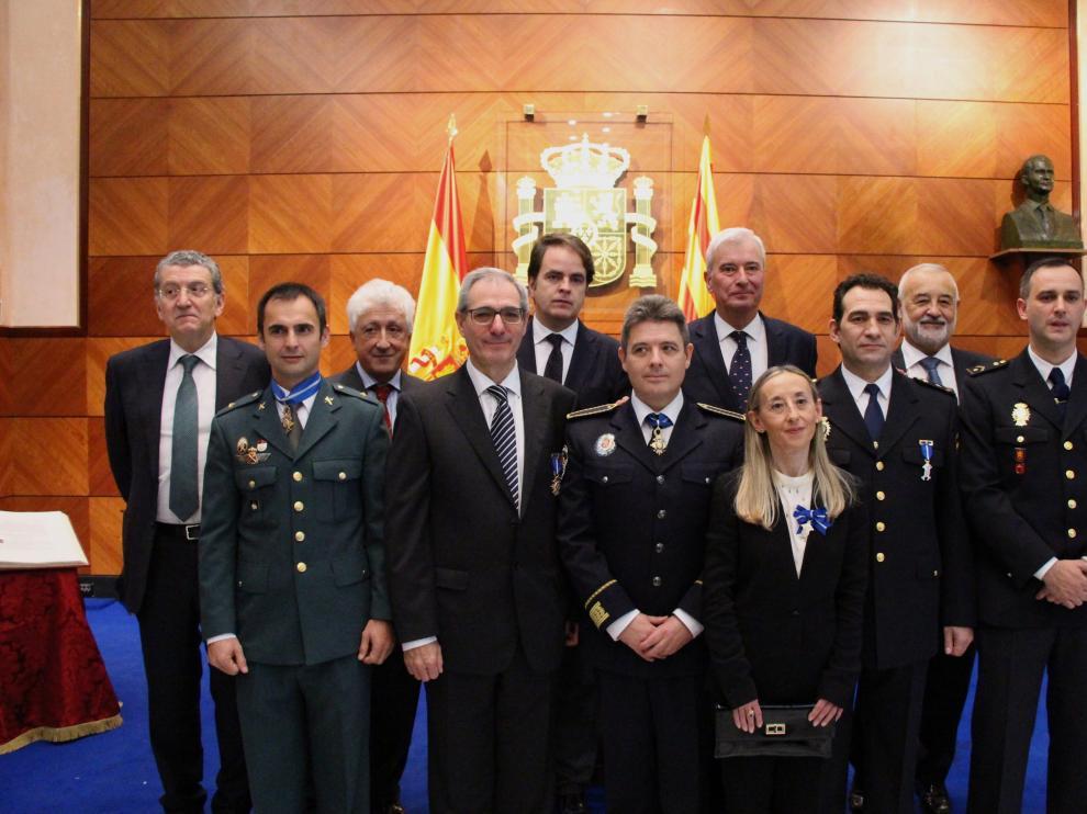 Sebastián Celaya, Fernando García Vicente, Roberto Bermúdez de Castro, Gustavo Alcalde y Ángel Val con las personas a las que se han otorgado las distinciones de la Delegación de Gobierno.