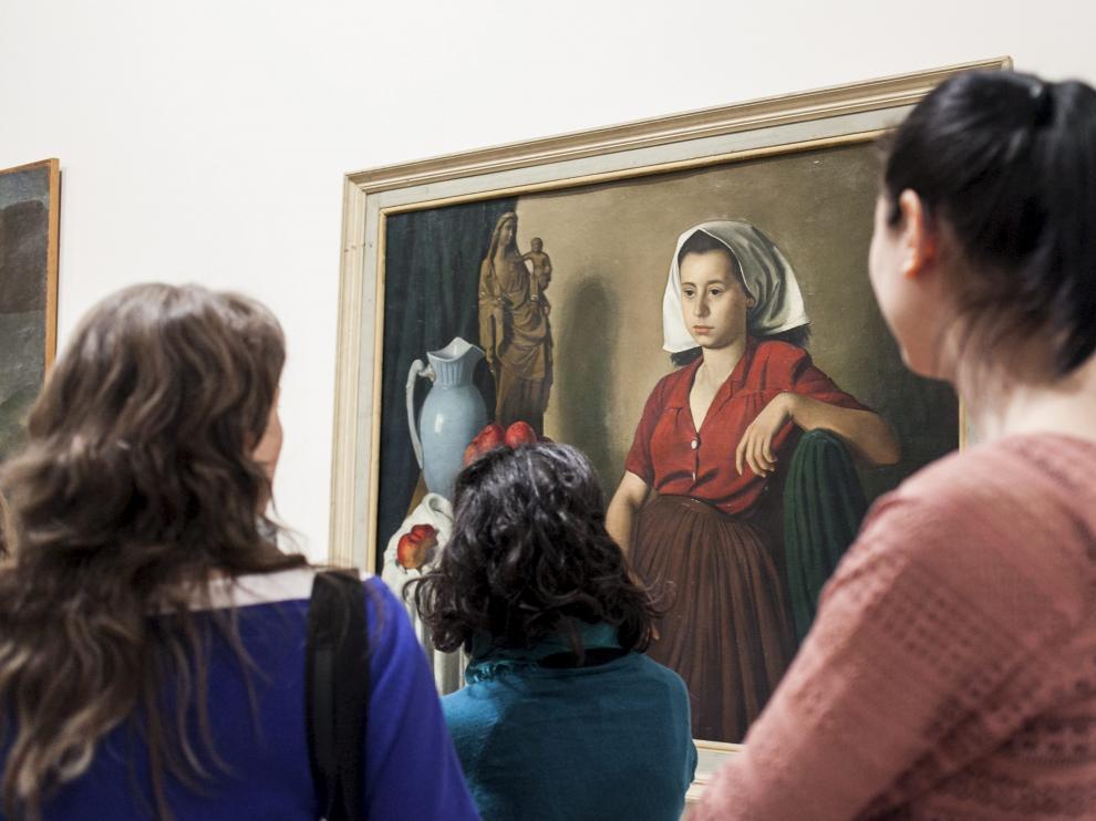 Un grupo de visitantes observa uno de los cuadros de la colección del Museo Provincial de Zaragoza