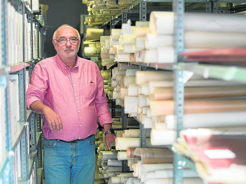 Antonio Fontenla, presidente de la Asociación de Voluntarios del Patrimonio posa en el archivo de MFU.