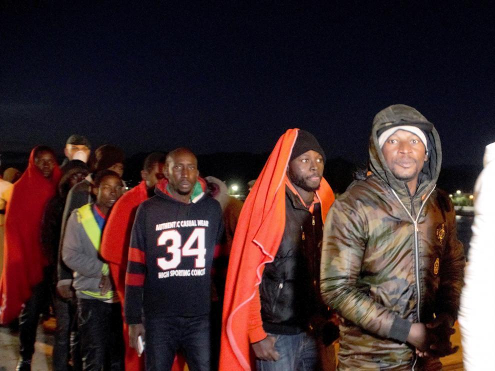 Rescatan a una treintena de personas de una patera en el mar de Alborán