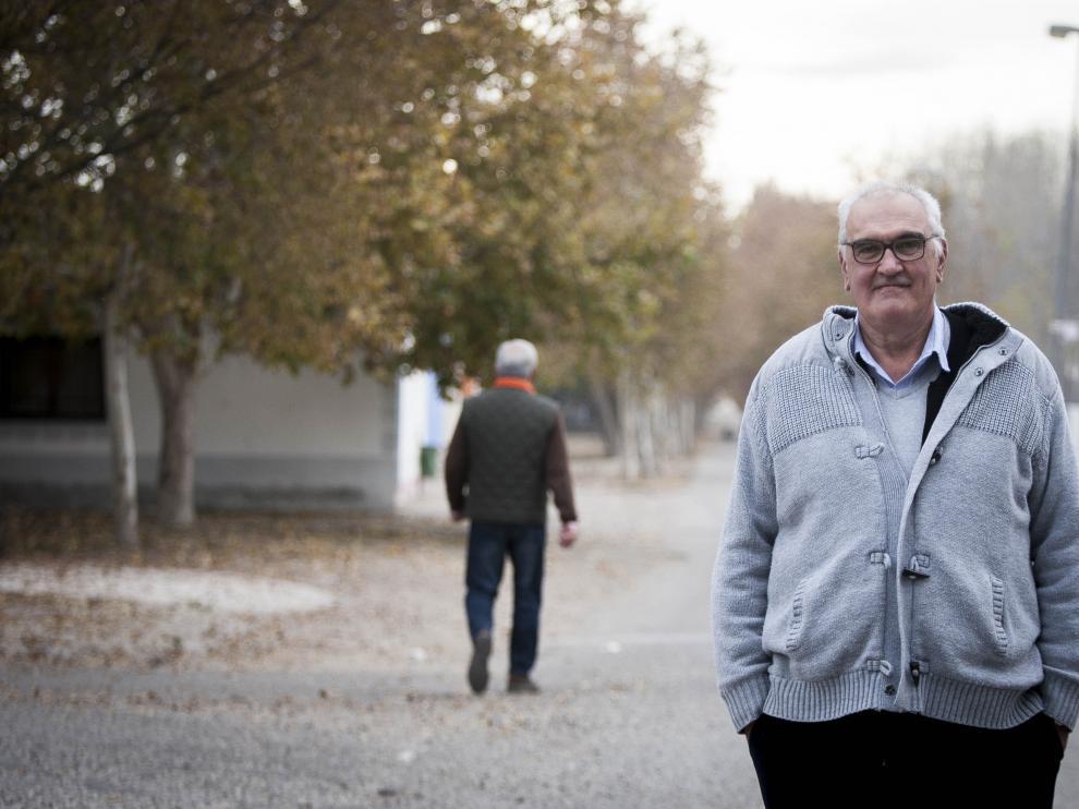 Javier Blasco pasea por la chopera de Pina que lleva su nombre.