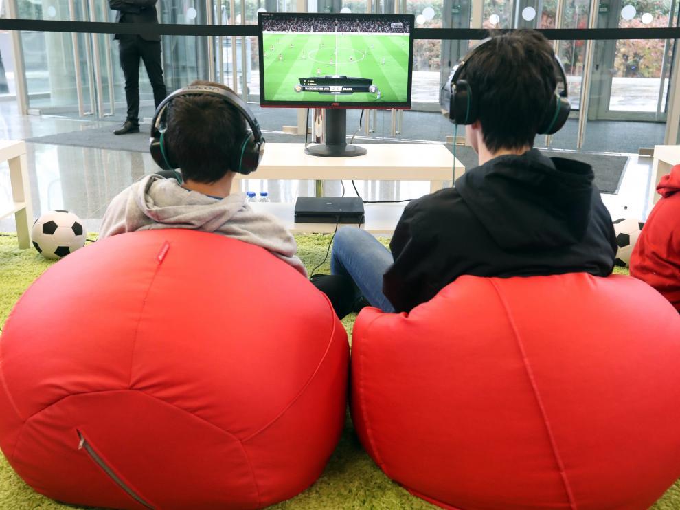 """Unos jóvenes participan en el certamen de videojuegos Fun & Serious Games Festival, que ha arrancado esta mañana en Bilbao con colas para entrar y con dos juegos que han acaparado la atención: el """"Horizon zero Dawn"""", de Sony, """"The legend of Zelda"""", de Link para Nintendo."""