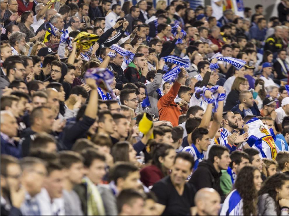La afición de La Romareda, que tanto ha sufrido en el 2017 que se va, en un partido reciente en las gradas del estadio zaragozano.