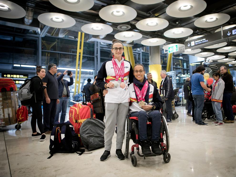 María Delgado y Teresa Perales, este sábado en el aeropuerto de Barajas.