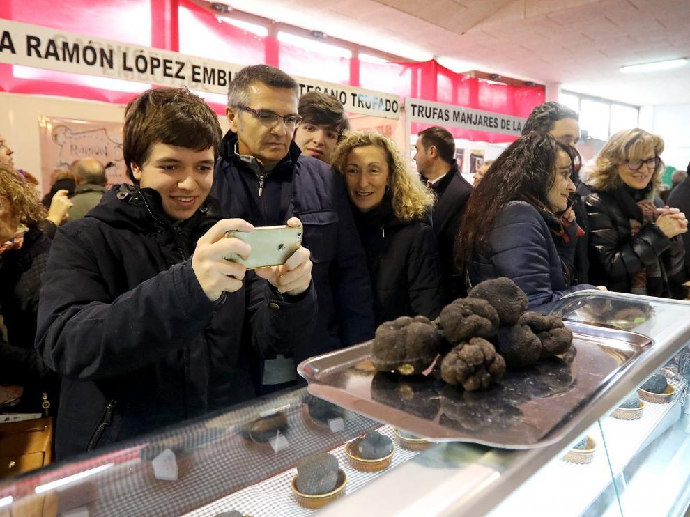 La Feria de la Trufa de Sarrión abrió ayer sus puertas con la presencia de numeroso público.