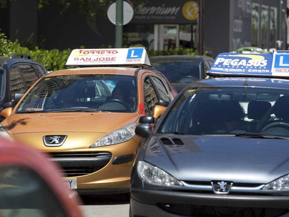 Dos vehículos circulando por una ciudad.